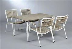 Havesæt af teak og hvid bemalet metal. Rekt. bord H. 64 L. 120 B. 80 cm. samt fire armstole 1960'erne. Vurd. 2200 kr.