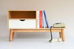 Mesa Telefon. Ideal para almacenar y exponer. Aporta calidez a todo tipo de espacio.