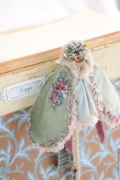Купить или заказать Брошь бабочка-галстук 'Скарлетт' в интернет-магазине на Ярмарке Мастеров. Эта брошь идеальная для тех женщин которые любят выглядеть нарядно и дорого. Текстильная брошь создана в технике шитья и вышивки бусинами, бисером и шелковыми лентами. Многослойная юбочка включает в себя кружева викторианской эпохи, винтажное шитье и натуральный хлопковый бархат производства Италия. Мягкие бархатные и приятные на ощупь ленты приехали к нам из Швеции и Франции.…