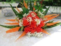Composizione per aperitivi  creata con fiori e verdura intagliata
