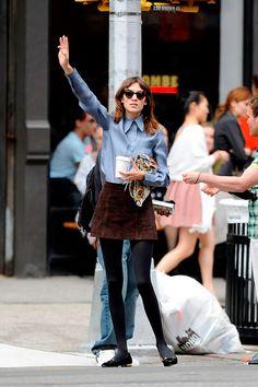 Alexa Chung usa saia de camurça com meia calça e sapatilha