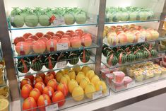 Shinjuku Takano: Where the Appeal of Japanese Fruit Is Displayed What is Japan's best known fruit shop? The majority of Japanese people are sure to say Shinjuku Fruit Smoothie Recipes, Fruit Recipes, Strawberry Varieties, Fruit Appetizers, Fruit Picking, Fruit Gifts, Fruit Shop, Cute Fruit, Fruit