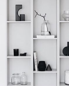 Dash candlestick in a nice setting - gives a Sculptural and Graphic touch to this interior styling by Inspiration Wand, Interior Inspiration, Bookshelves, Bookcase, Billy Regal, Design Minimalista, Ideas Para Organizar, Chaise Vintage, Wall Storage
