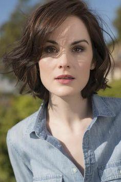 peinado-para-pelo-corto-y-castaño-bella-mujer-ojos-marrones-raya-al-lado-flequillo