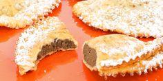 Fagottini croccanti ricoperti di zucchero a velo: sono proprio loro, i ravioli fritti! All'interno contengono un goloso ripieno che può essere di marmellata, confettura, nutella o crema.