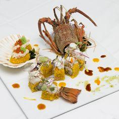 「伊勢エビの巻き寿司」。見た目の豪華さだけでなく、上に乗った伊勢エビの刺身と、中に入る海老の天ぷらとカニのすり身の組み合わせが絶妙