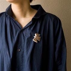 手彫りのブローチは、ブルー系と相性がいいです。 お互いにカラーの良さが出て自然にまとまるのです。