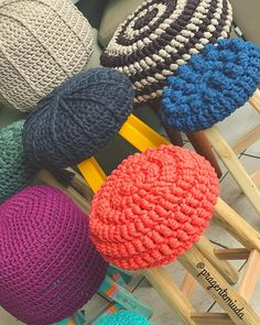 Me gusta, 29 comentarios - Mari Barbosa Crochet Box, Crochet Yarn, Crochet Stitches, Crochet Patterns, Stool Cover Crochet, Crochet Cushions, Yarn Bombing, Arm Knitting, Learn To Crochet