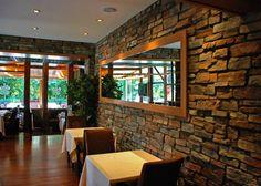 Restoran, çay bahçesi ya da diğer etkileşimi yüksek sosyal alanlarda kullanılabilecek taş duvar uygulaması, ortama bir sıcaklık katacaktır. Kayrak taşının güzel hatları, doğa koşulları ve gün ışığının her tonuyla birleşip doğallık konusunda en üst düzeye çıkıyor. Kayrak taşı doğal taş kaplama ve diğer çeşitler için www.tasduvarkaplama.com' u ziyaret edin. #taşduvar #taşduvarkaplama #dekoratiftaşkaplama