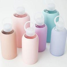 I morgen får vi de mest fantastiske drikkedunke fra BKR. En smuk glasflaske med silicone, der beskytter. BPA fri og fri for phthalater. Låget sørger for at flasken holder tæt når den er lukket, og den smalle åbning gør den let at drikke af. Tåler at komme i opvaskemaskinen. 295kr.#es#bkr#drikkedunk#istedgade110#vesterbro