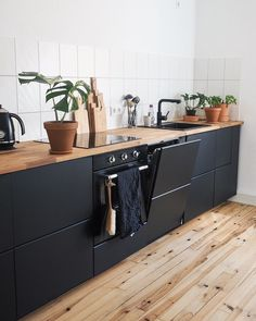 The black kitchen cabinetry with the light oak flooring just makes this kitchen . - Women Trends The black kitchen cabinetry with the light oak flooring just makes this kitchen . Kitchens Without Upper Cabinets, Kitchen Cabinetry, Kitchen Flooring, Oak Flooring, Flooring Ideas, Kitchen Fixtures, Black Kitchens, Home Kitchens, Black Ikea Kitchen