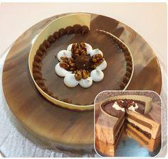 Profumo d'autunno: mousse al cioccolato extrafondente, fondo cheesecake, cheesecake a freddo, crema bavarese alle noci pralinate, glassa a specchio bianca, glassa a specchio fondente