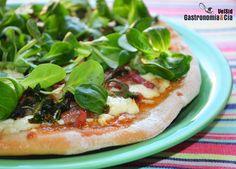 El próximo fin de semana que vayáis a hacer pizza en casa tenéis que probar esta receta de Pizza con compota de tomate, queso feta y foie mi-cuit. Si os gustan los contrastes de sabores con toques dulzones y especiados, esta pizza os va a encantar. Seguro que con ella sorprenderéis a vuestros invitados en cualquier comida o cena informal.