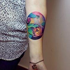 Hazte un lirio de agua artístico… | 32 tatuajes geniales y coloridos que te inspirarán a tatuarte