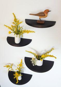 Estos estantes de nogal ronda media son una manera sutil y versátil para decorar su hogar. Puede ser utilizados en una pared soleada para plantas pequeñas, para mostrar la colección, para agregar extra estantes en un cuarto de baño, etc....  El nogal ha sido tratado con un acabado ebonizado para darle un color oscuro que no esconde el grano. Un aceite natural todos se utiliza para el acabado de la madera y darle algo de agua y resistencia de la mancha.  El tamaño pequeño mide 6 pulgadas en…
