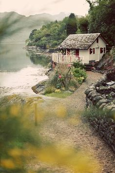 how about this cosy little cottage by the lake? too cute!