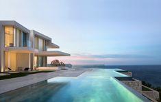 Das Haus aus Beton und Treibholz besitzt einen großen Infinity-Pool