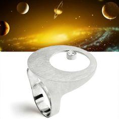 Com design inspirado no trânsito planetário, o anel Órbita é capaz de influenciar a sintonia do seu dia. Confeccionada em prata950, a joia funciona como ponto de conjunção no seu visual. #VRcosmoterapia