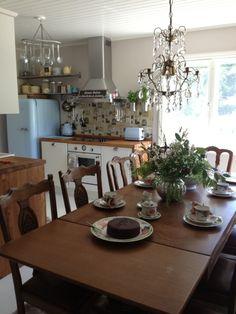 Keittiö ja ruokailutila talon alakerrassa