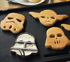 With pancakes surprise your star wars friend! Great Foodie Gifts for Men: Star Wars Pancake Molds Star Wars Cookies, Star Wars Cookie Cutters, Starwars, Star Wars Party, Cookies Et Biscuits, Williams Sonoma, Just In Case, Catering, Geek Decor