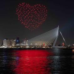 Lonneke Gordijn (° 1980) en Ralph Nauta (° 1978) richtten in 2007 studio DRIFT op. DRIFT manifesteert de verschijnselen en verborgen eigenschappen van de natuur met behulp van technologie om te leren van de onderliggende mechanismen van de aarde en om onze verbinding ermee te herstellen. 'Franchise Freedom' 5 mei 2020, Rotterdam, The Netherlands Liberation Day, Artsy Photos, Indie Outfits, Rotterdam, Contemporary Artists, Safari, Graphic Art, 5 Mei, Photo And Video