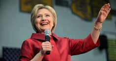 Von März bis November veröffentlichte WikiLeaks eine riesige Menge an Daten mit Bezug zu Hillary Clinton. Lange Zeit brauchten die Ermittlungsbehörden, um zuzugeben, dass sie überhaupt in irgendeiner Sache ermitteln. Dann wurden die Ermittlungen eingestellt und nun wieder aufgenommen.