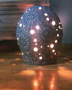 Lámpara de barro rojo esgrafiado. Luniqueblog.com