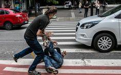 Manifestantes contra e a favor do impeachment da presidente Dilma Rousseff brigam em frente ao MASP, na Avenida Paulista, em São Paulo