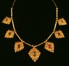 Thailand | Necklace; gold and precious stones. ca. 17th - 18th century / Ayutthaya Kingdom