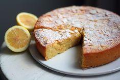 Bongasin tämän ohjeen alun perin Pinterestistä ja tiestin heti haluavani kokeilla sitä. Rakastan mantelia ja sitruunaa leivonnassa, ja tässä ohjeessa käytetään vielä ricotta-juustoa (josta olen leiponut onnistuneesti mustikkaleivoksia), vaniljatankoa ja vaahdotettua valkuaista. Jos minun pitäisi... Mascarpone Cake, Finnish Recipes, Ricotta, Gluten Free Baking, No Bake Desserts, Banana Bread, Special Occasion, French Toast, Lemon