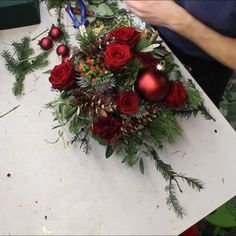 Christmas arrangement red DIY instructions - Lilly is Love Silver Christmas Decorations, Christmas Tree Themes, Rustic Christmas, Christmas Wreaths, Christmas Crafts, Christmas Ornaments, Thanksgiving Crafts, Diy Christmas Centerpieces, Xmas Decorations To Make
