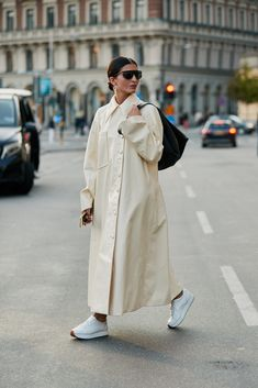 Stockholm Fashion Week S/S 2019 - The Style Stalker - Street Style by Szymon Brzóska Minimal Fashion, White Fashion, Timeless Fashion, Mode Style, Style Me, Stockholm Fashion Week, London Fashion, Top Street Style, Street Styles