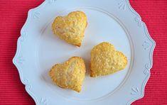 Bakken voor Valentijn hoeft niet altijd zoet te zijn. Dat bewijzen deze hartige gevulde Valentijn hartjes! Met dit eenvoudige recept staan ze zo op tafel.