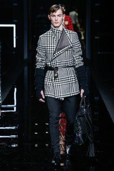 The complete Balmain Fall 2017 Menswear fashion show now on Vogue Runway. Men Fashion Show, Fashion Week, Fashion 2017, Latest Fashion Trends, Mens Fashion, Paris Fashion, Christophe Decarnin, Balmain Men, Balmain Paris
