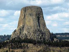 La Torre del Diablo (EE.UU) Monumento Natural con más de 1.500 metros de altura. Conjunto de columnas de Basalto en forma hexagonal.