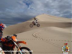TURISMO EN CIUDAD JUÁREZ. A 50 kilómetros hacia el sur de Ciudad Juárez, comienza la región de las Dunas de Samalayuca, una zona exótica y desértica en la que las dunas, dan la imagen de olas inmóviles de color sepia. Es la única región de México donde se puede disfrutar del atractivo que brinda la arena, ya que la inmensa área cubre más de 150 kilómetros cuadrados. #ah-chihuahua