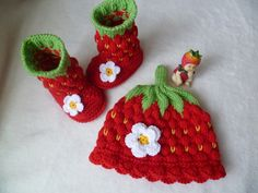 Sets - Baby Shoes Strawberry Boots Strawberry Hat Set 9 cm - a unique product by . Sets - Baby Shoes Strawberry Boots Strawberry Hat Set 9 cm - a unique product by on DaWanda Always wanted . Knitting Machine Patterns, Poncho Knitting Patterns, Crochet Patterns, Knitted Booties, Baby Booties, Knit Slippers, Crochet Crafts, Crochet Projects, Crochet Vintage