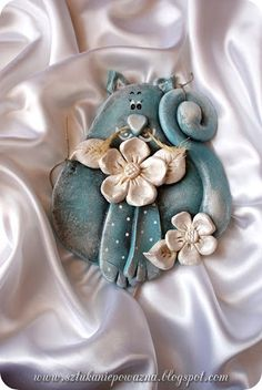 Porcelain Made In China Info: 8614770350 Porcelain Ceramics, Cold Porcelain, Ceramic Art, Salt Dough Crafts, Salt Dough Ornaments, Animal Gato, Clay Wall Art, Polymer Clay Animals, Clay Baby