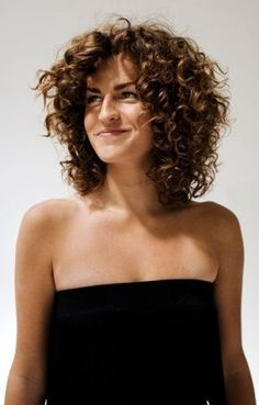 Do you like your wavy hair and do not change it for anything? But it's not always easy to put your curls in value … Need some hairstyle ideas to magnify your wavy hair? Thin Curly Hair, Short Hair Cuts, Curly Short, Curly Girl, Frizzy Hair, Curly Hair With Fringe, Updo Curly, Short Curls, Loose Curls