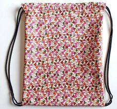 punk projects: Drawstring Backpack DIY - attention: hem the sides before anything else to avoid unfinished edges at the tubes Sewing Hacks, Sewing Tutorials, Sewing Projects, Sewing Patterns, Diy Projects, Sewing Diy, Drawstring Bag Diy, Drawstring Bag Tutorials, Diy Punk