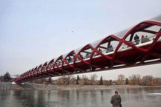 Ponte da Paz, construída pelo arquiteto Santiago Calatrava, tem 126 m de comprimento, 5,65 m de altura e 8 m de largura. Fica em Calgary, Alberta, Canadá.