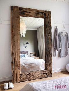 Dobra rada na dziś: Jeśli metraż naszej sypialni jest wyjątkowo skromny, zawsze warto posłużyć się lustrami dla optycznego powiększenia przestrzeni. Lustra sprzyjają również rozświetleniu pokoju, ponieważ odbijają światło.