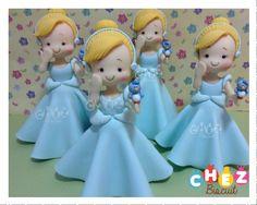 Cinderelas de biscuit com 23 cm de altura para pronta entrega <br> <br>Preço unitário <br> <br>Fazemos as outras princesas <br> <br>Lembrancinhas a combinar
