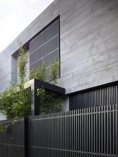 Seacombe Grove House in Melbourne by b e architecture - facade in bluestone cladding House Cladding, Exterior Cladding, Timber Cladding, External Wall Cladding, Concrete Cladding, Black Cladding, Timber Gates, Architecture Durable, Facade Architecture