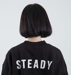 Cho e xin tấm cô gái tóc ngắn màu đen đang đứng quay lưng lại nha ad!! tks ad nhiều
