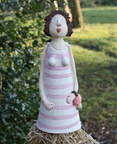 Keramik Zaunhocker Greta mit Pilzhandtasche, Ceramics, Insektenhotel, Gartenkeramik www.liloarts.de