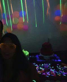 7cfdcbbe9352e Luz negra é extremamente importante! Na festa também colocamos um projetor  e luzes com Leds para efeito boate!