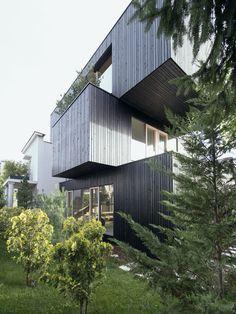 Com uma volumetria ousada, esta casa projetada pelo escritório @ofis_architects na Eslovênia é um marco na paisagem! Os três blocos empilhados são revestidos por madeira carbonizada, por isso seu tom escuro! Foto: Tomaz Gregoric.