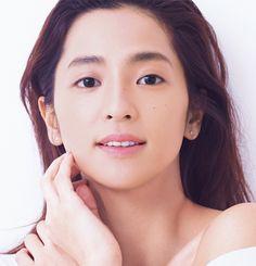 中村アンが雑誌上でスッピンをお披露目。そのあどけない少女フェイスから普段の凛とした絶世の美女ができるまで、メイクプロセスを全行程追いました。