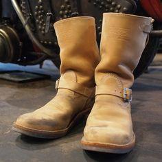 """今回紹介するスタッフブーツはカスタムではなくLIMITED MODELである """"Narrow Wesco Engineer Boots""""のためタイトルを番外編としました。 1950年代のデッドストックエンジニアブーツをもと…"""